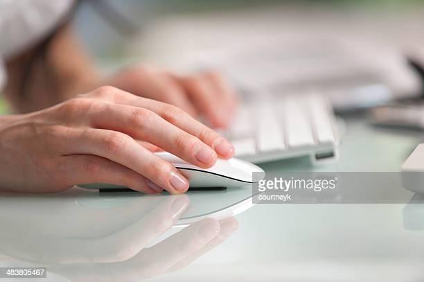 Nahaufnahme einer hand Betrieb Maus