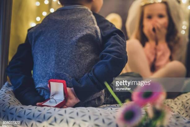 Cerca de un niño prepara una sorpresa para su novia.