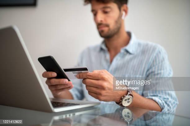 primo posto di un uomo che paga con carta di credito. - suit foto e immagini stock