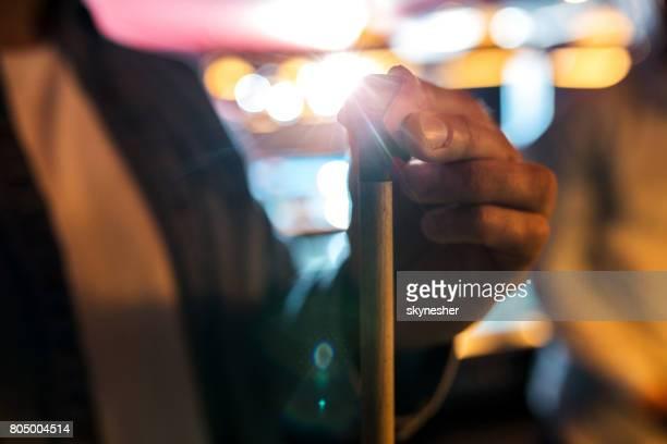 nahaufnahme eines mannes reiben einen billardqueue mit der kreide. - poolbillard billard stock-fotos und bilder