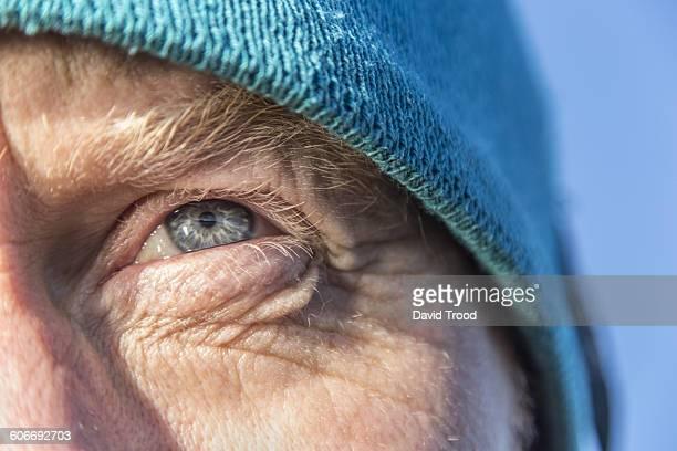 close up of a man´s eye outdoors - close up stockfoto's en -beelden