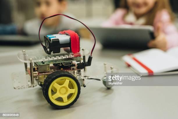 nahaufnahme eines modernen roboters mit kindern im hintergrund. - mint themengebiet stock-fotos und bilder