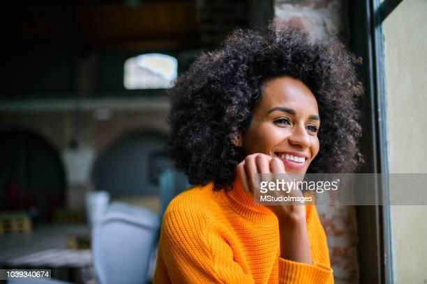 primo posto di una donna sorridente. - afro americano foto e immagini stock