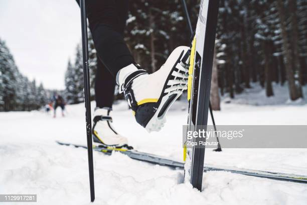 Nahaufnahme von einem Frauen-Beine auf Langlaufskiern