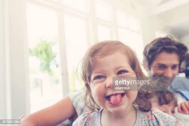 nahaufnahme von einem jungen mädchen und familie. - gegenlicht stock-fotos und bilder