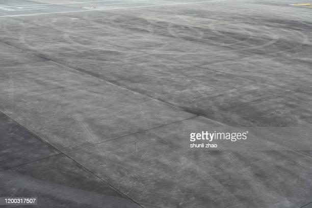 close up of airport runway - asfalt stockfoto's en -beelden