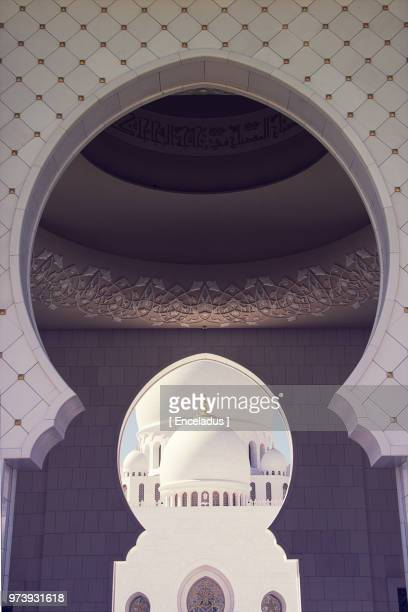 close up of arch in sheikh zayed grand mosque, abu dhabi, united arab emirates, persian gulf countries - mosque stock pictures, royalty-free photos & images