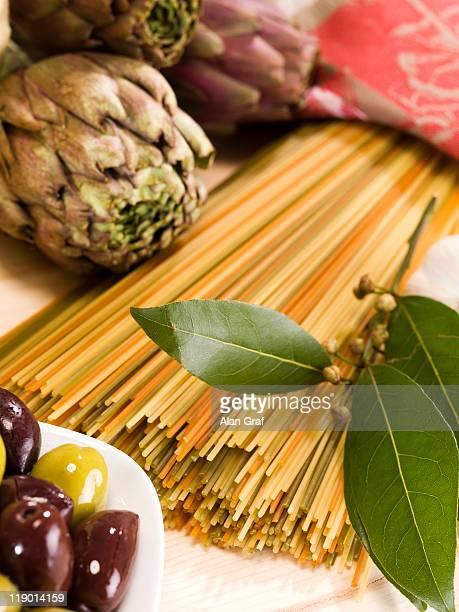 Nahaufnahme von Artischocken, pasta und Oliven