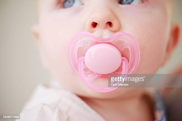 Primer plano de bebé con rosa chupete
