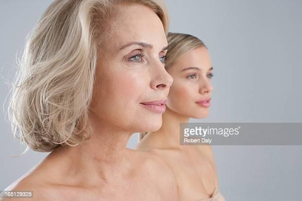 gros plan de poitrine mère et fille nue - beautiful bare women photos et images de collection