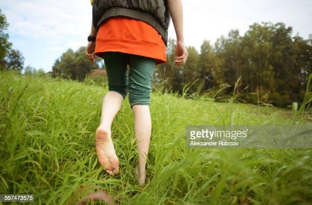 close up of barefoot caucasian woman walking in park - scalzo foto e immagini stock