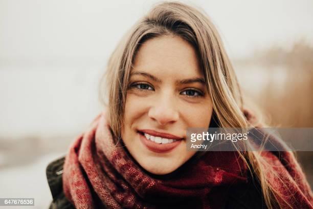 Gros plan de la belle jeune fille brune dans le désert