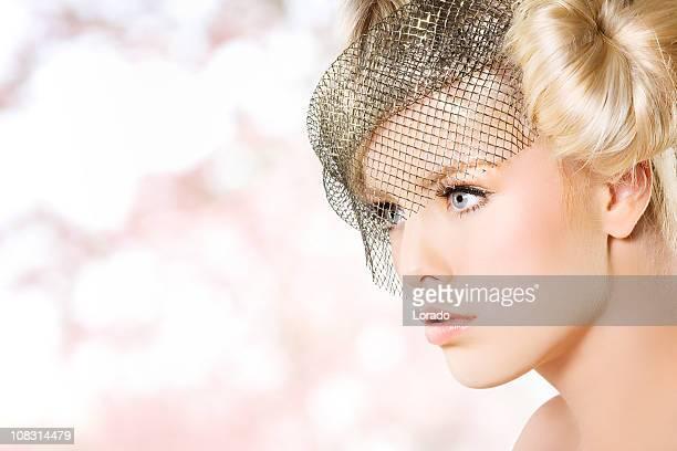 Nahaufnahme der schönen Frau auf Rosa Hintergrund