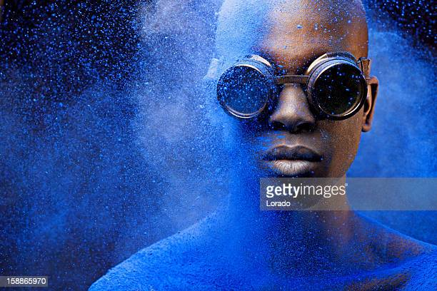 close up of black man covered with blue pigment - kleurenfoto stockfoto's en -beelden