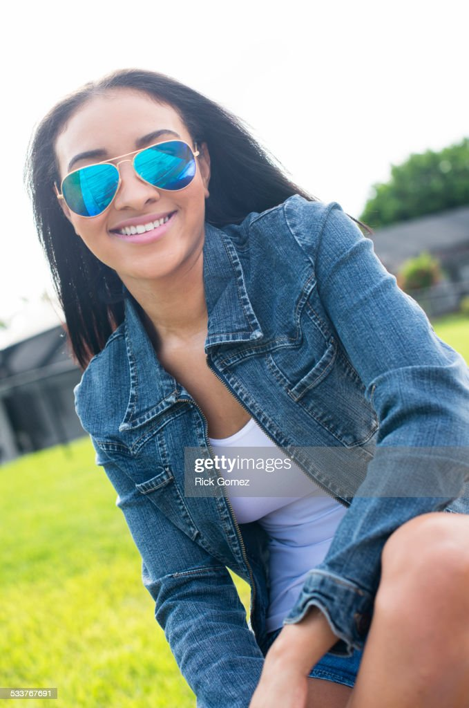 Close up of Black woman in sunglasses smiling : Foto stock