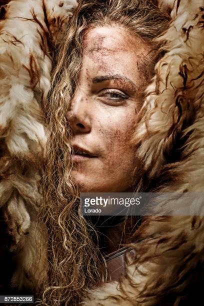 Närbild på blond Vikinga med blodiga kvinnliga i studio skott