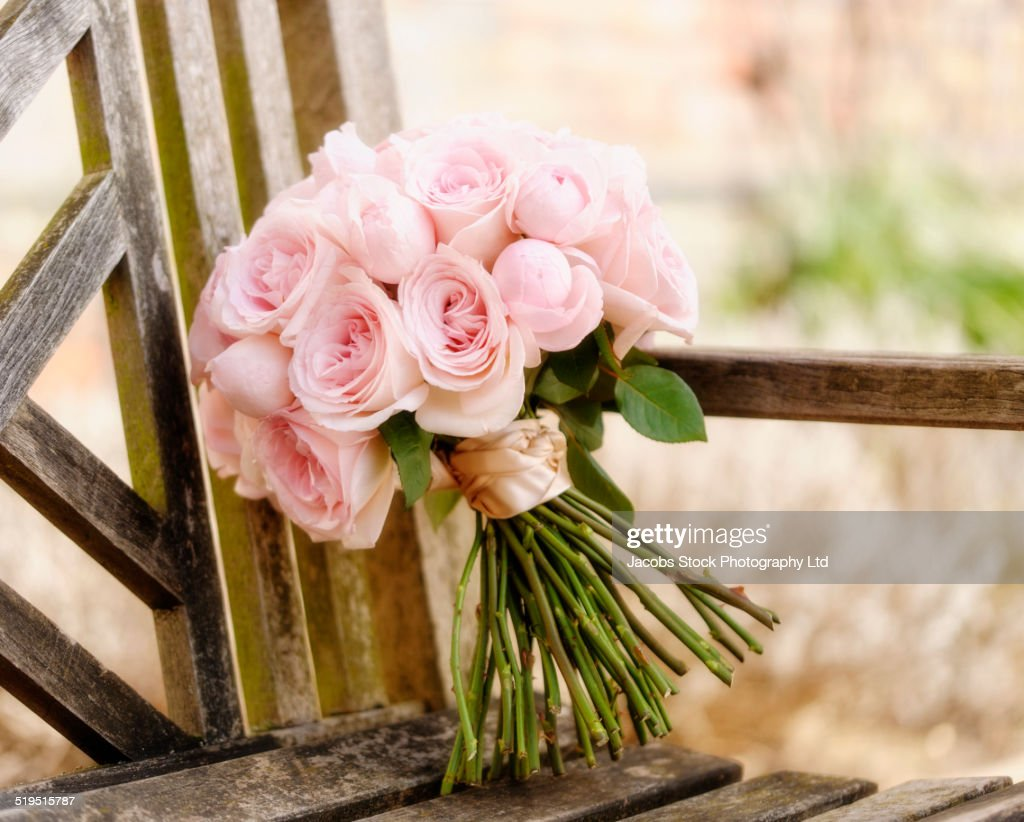 Close up of bouquet of roses on wooden bench : Stock Photo
