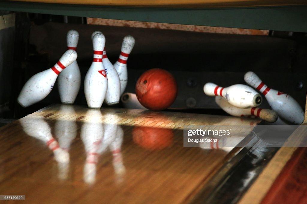 Close up of Bowling Ball hitting the Pins at a Bowling Alley : Stock-Foto