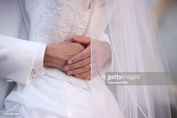 Nahaufnahme von Braut und Bräutigam umarmt mit Weiß