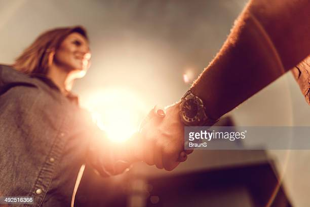 Nahaufnahme der Geschäftspartner Händeschütteln bei Sonnenuntergang.