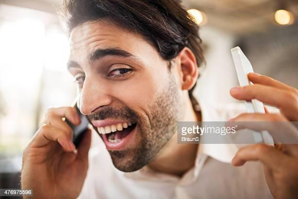 primer plano de hombre de negocios hablando sobre dos teléfonos móviles. - dos objetos fotografías e imágenes de stock