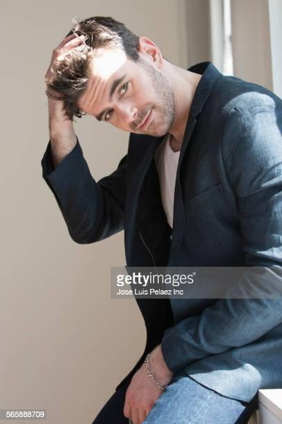 close up of caucasian businessman on window sill - mão no cabelo - fotografias e filmes do acervo