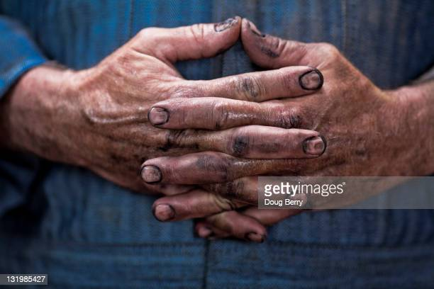 close up of caucasian mechanic's dirty hands - dureza - fotografias e filmes do acervo