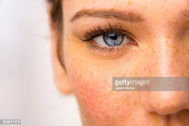 close up of caucasian woman's eye - sarda - fotografias e filmes do acervo