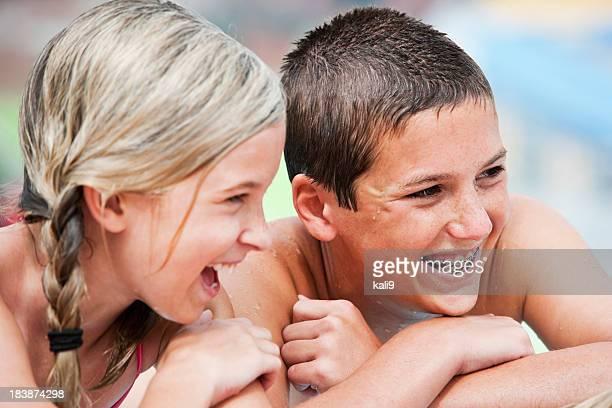 Nahaufnahme der Kinder lachen am pool