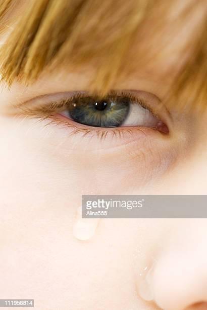 クローズアップの子供の目に涙