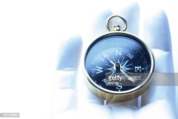 Nahaufnahme des Kompass liegt In Synthetik-Hand