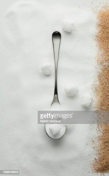 Gros plan de sucre contrasté, Sucre de canne et le sucre en cubes spoons