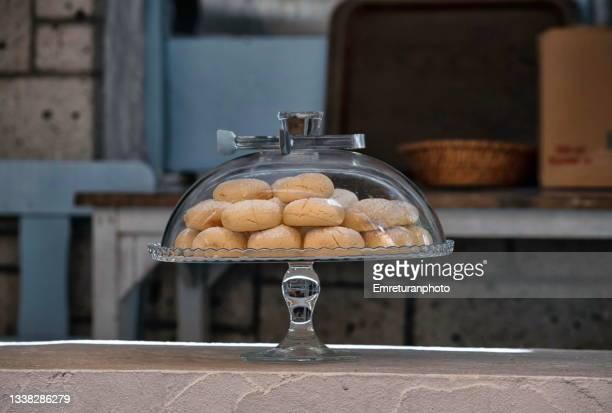 close up of cookies in a glass jar. - emreturanphoto stock-fotos und bilder