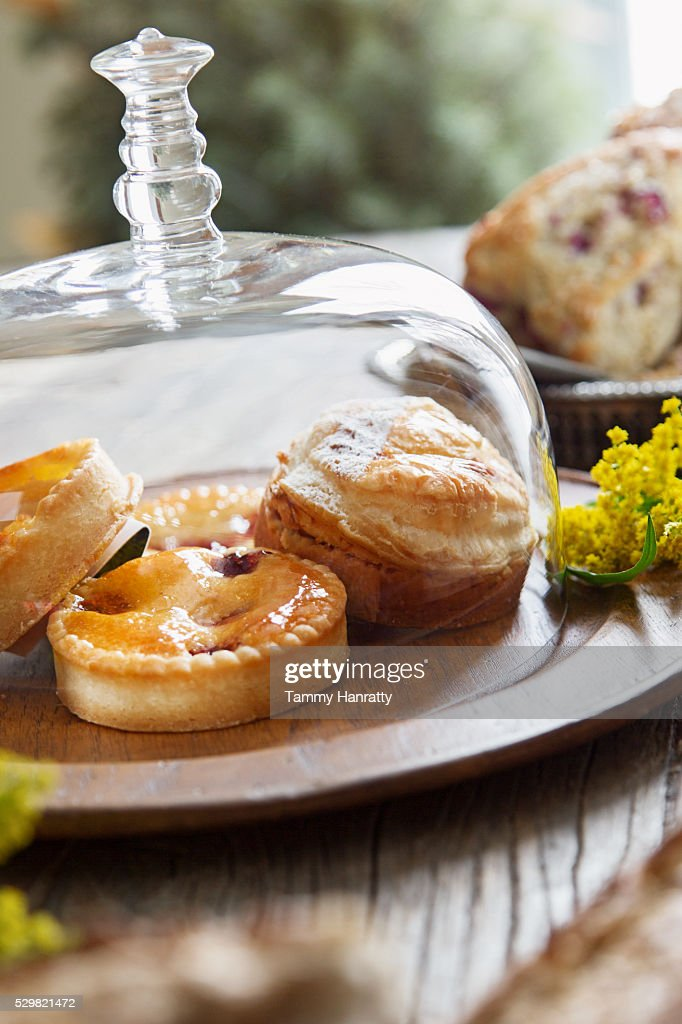 Close up of cookies under glass lid : Stockfoto