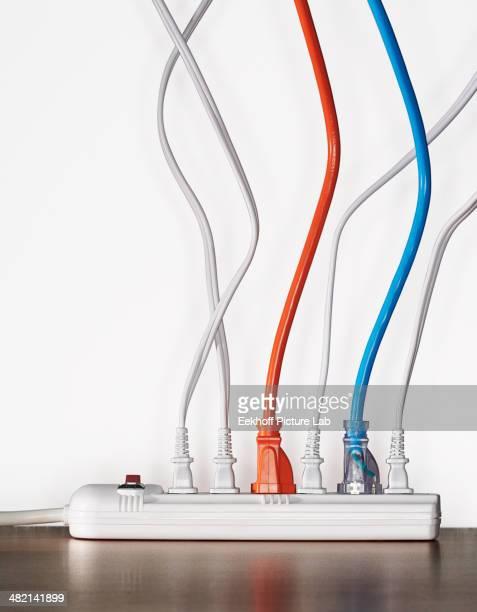 close up of cords plugged into power strip - tomada - fotografias e filmes do acervo