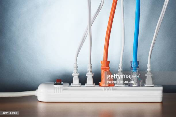 close up of cords plugged into power strip - tomada - fotografias e filmes do acervo
