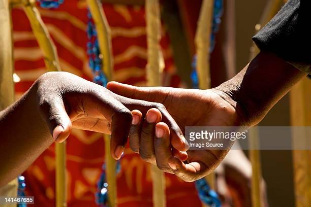 カップルのクローズアップ手をつなぐ - ザンビア ストックフォトと画像