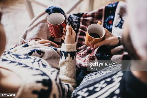 gros plan du couple tenant des tasses à café, portant chapeau du père noël - hot couple photos et images de collection