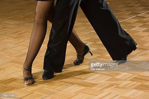 close up of couple salsa dancing - danse latine photos et images de collection