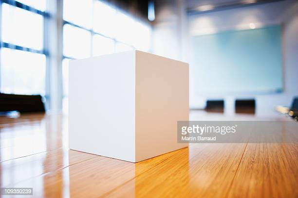 Nahaufnahme von cube auf Konferenzraum mit Tisch