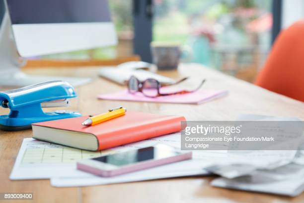 close up of desk in home office - fourniture de bureau photos et images de collection