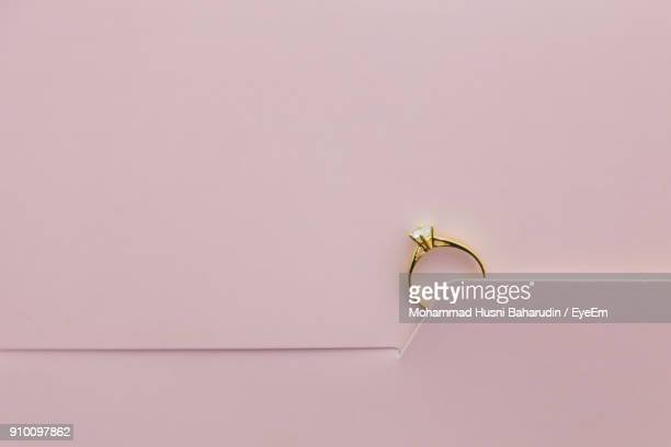 close up of engagement ring on greeting card - anello gioiello foto e immagini stock
