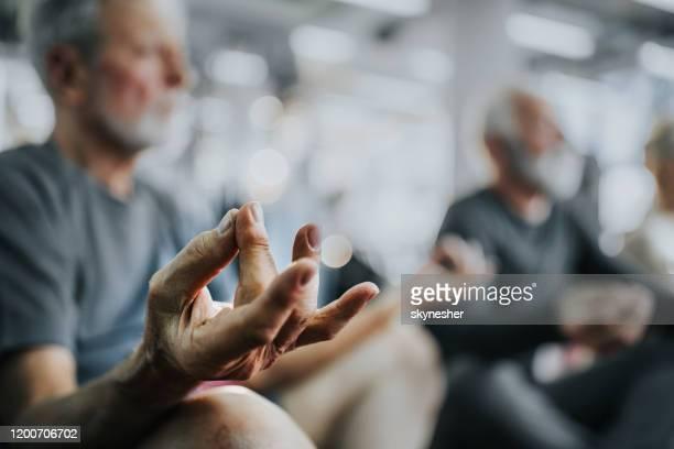 nahaufnahme des yoga-trainings in einem fitnesscenter! - serbien stock-fotos und bilder