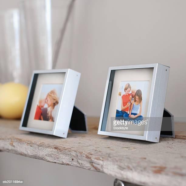 close up of family photographs - consolo de lareira - fotografias e filmes do acervo