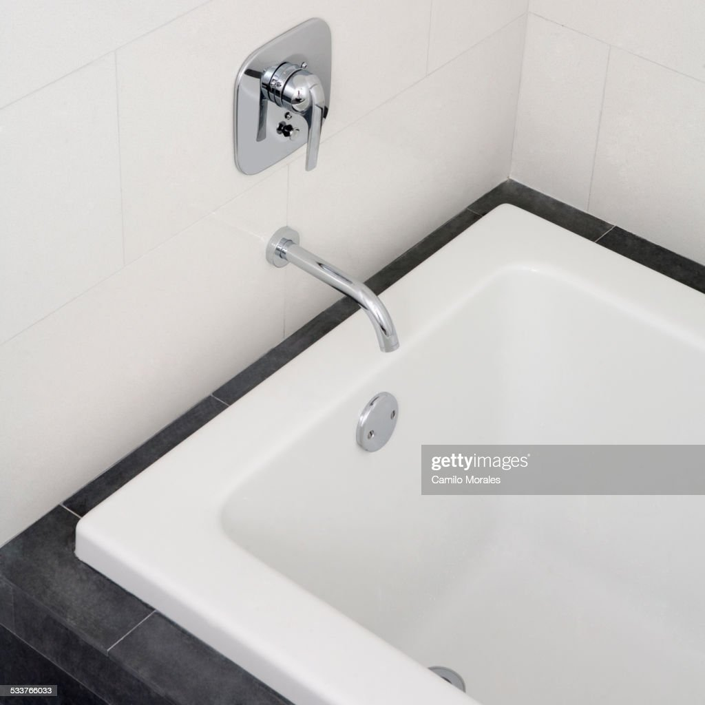 Close up of faucet and bathtub in modern bathroom : Foto stock