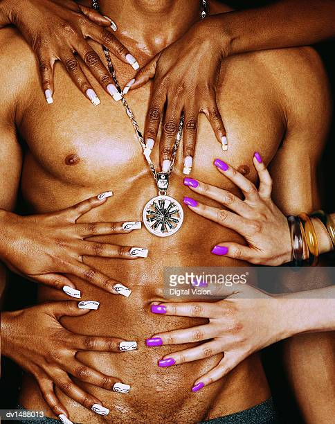 close up of female hands on a muscular, male torso - chica adulta negra espalda desnuda fotografías e imágenes de stock