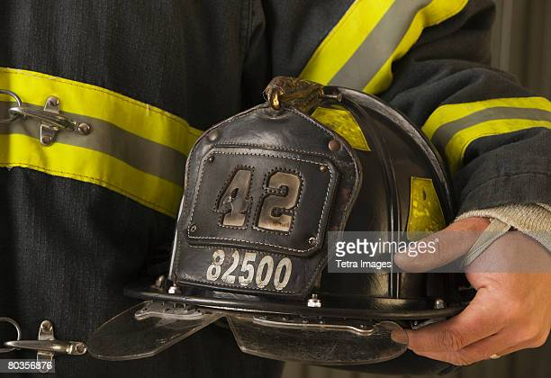 close up of firefighter holding helmet - capacete de bombeiro - fotografias e filmes do acervo
