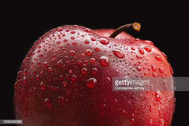 close up of fresh red apple - extreme close up stockfoto's en -beelden