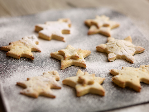 Close up of freshly baked christmas biscuits on baking tray - gettyimageskorea