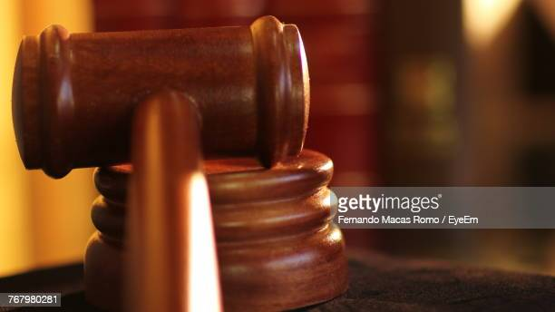 close up of gavel and sound block - justice photos et images de collection